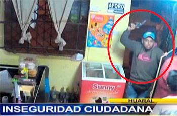 Cámara de seguridad graba como dos sujetos asaltan internet en Huaral.