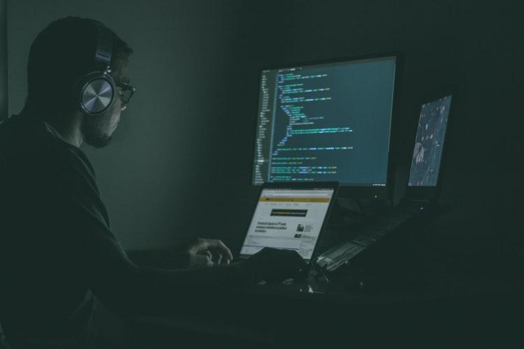 homem configurando computadores para garantir a cibersegurança