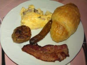 Bild von meinem Frühstücksteller mit Croissant, Nürnbergerle, Fleischküchle und Speck
