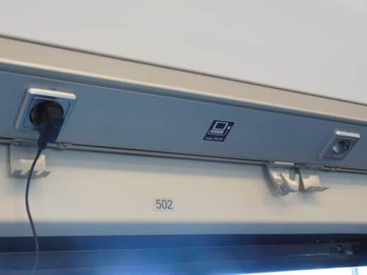 Bild von den Steckdosen über den Fenstern der Vierersitze im Franken-Thüringen-Express