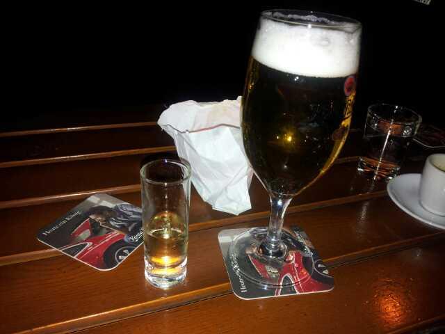 Bild vom Vodka und vom Bier vor der Roten Harfe in Kreuzberg