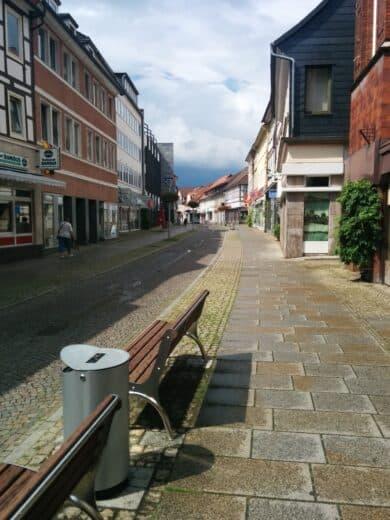 Fussgängerzone von Alfeld, kurz nach 15 Uhr an einem Samstag...