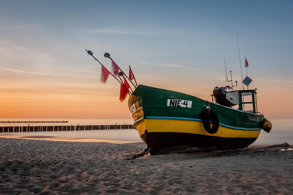 Charakterystyczny kuter rybacki na plaży w Niechorzu