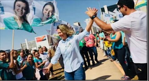 Candidata ao senado, Leila do Vôlei é ovacionada por milhares no 7 de setembro, em Brasília