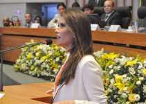 Júlia Lucy (NOVO) vai de transporte público para sua posse