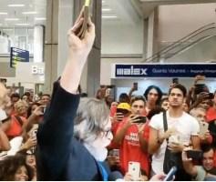 Opositor do governo, ator Zé de Abreu é recebido por multidão em aeroporto e gera polêmica em redes