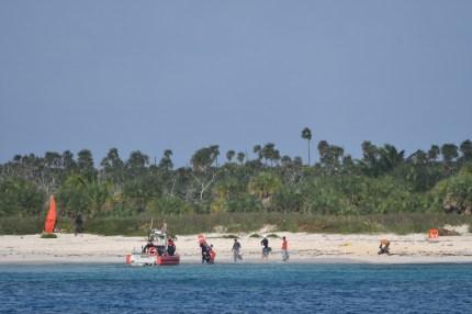 Guardia costera de EEUU rescata a 22 balseros cubanos naufragados en una playa (4)