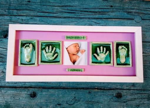 huellas de manos y pies de bebé en cerámica enmarcada