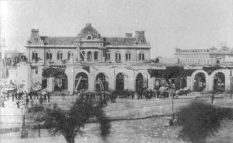 Se puede observar a los obreros trabajando en la demolición, de fondo el Antiguo Palacio de Correos