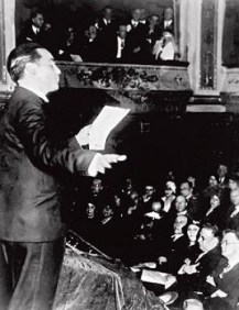 Lorca recitando en el Teatro