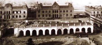 Esta fotografia fue tomada la momento de su demolición y al fondo se observa la Casa de Gobierno a la izquierda y a la derecha el Palacio de Correos, todavía no estaban unidos por el arco del arquitecto Tamburini