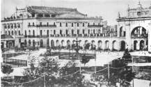 Se observa la Recova y de fondo el antiguo Teatro Colón, donde actualmente se encuentra el Banco Nación