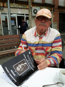 Vintan firmando el primer ejemplar de 'Jurnalui Unui Poet Recent Casatorit'.