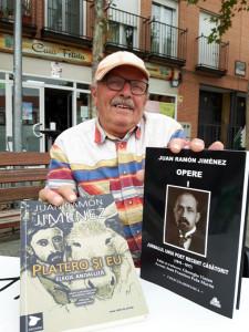 Gheorghe Vintan con sus dos últimos libros de Juan Ramón traducidos al rumano.