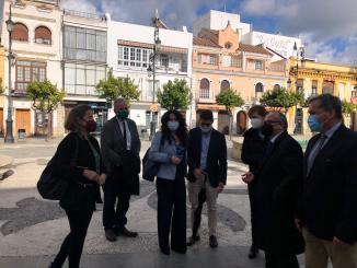 La consejera Rocío Ruiz, acompañada de Sergio Moreno, con dirigentes de Ciudadanos en Sanlúcar de Barrameda.