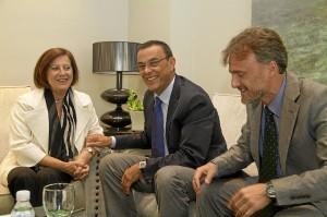 Visita de la consejera de Salud al presidente de la Diputación, acompañada por el delegado del gobierno andaluz.