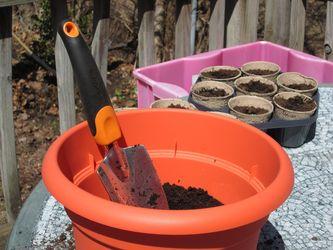 semilleros y maceta con sustrato