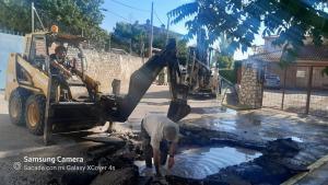 Trabajos de arreglo de avería de la red de aguas de Huete
