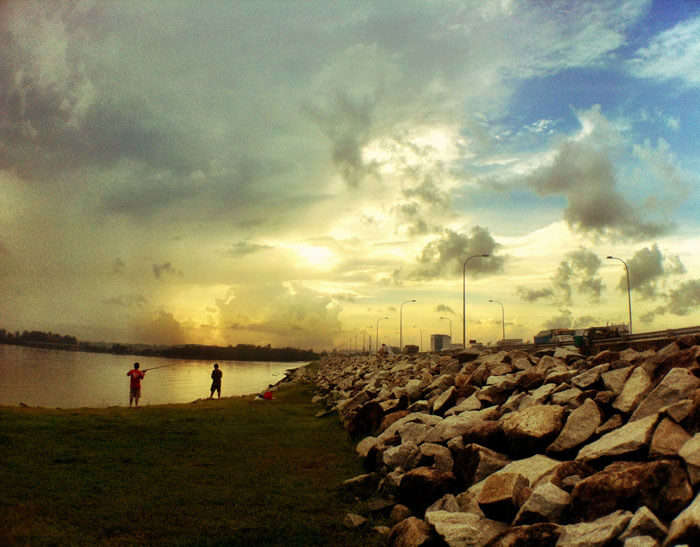 Fishing at Yishun Dam is certainly an awesome free stuff to do in Singapore