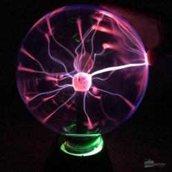 Une grande lampe boule de plasma, qui réagit quand on la touche