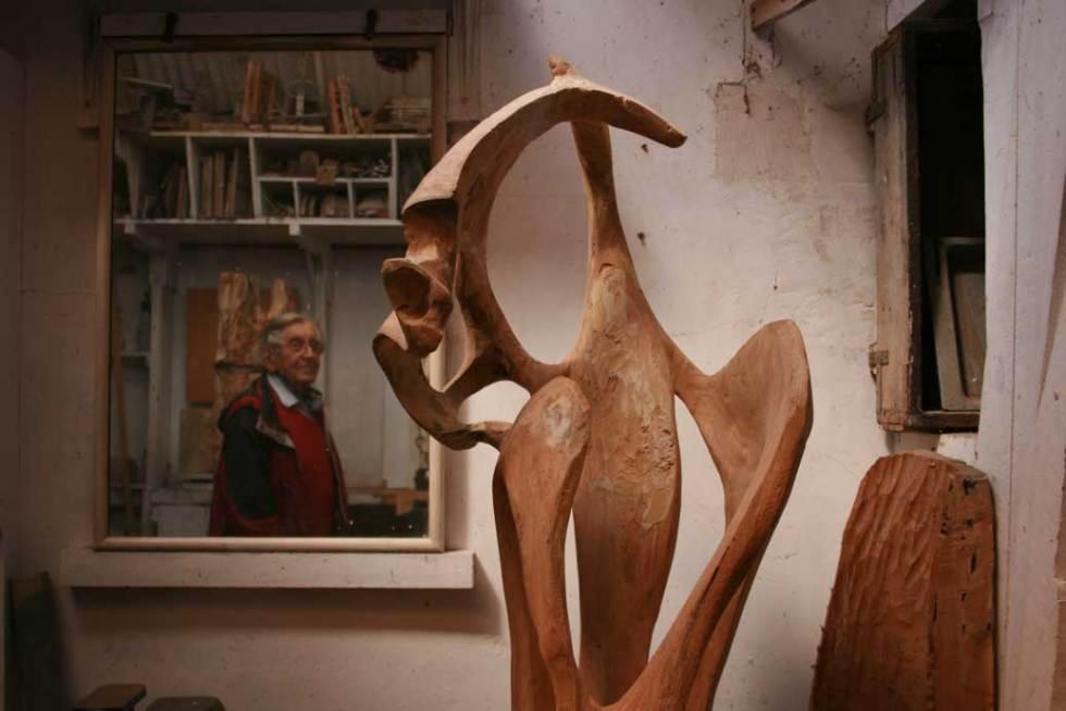 Hugo Powell in his studio