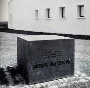 piero-manzoni-socle-du-mondex-1961