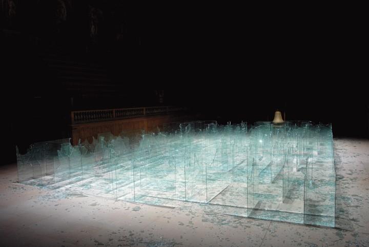 parmiggiani3-Labirinto di vetri rotti, campana -Teatro dell'arte e della guerra