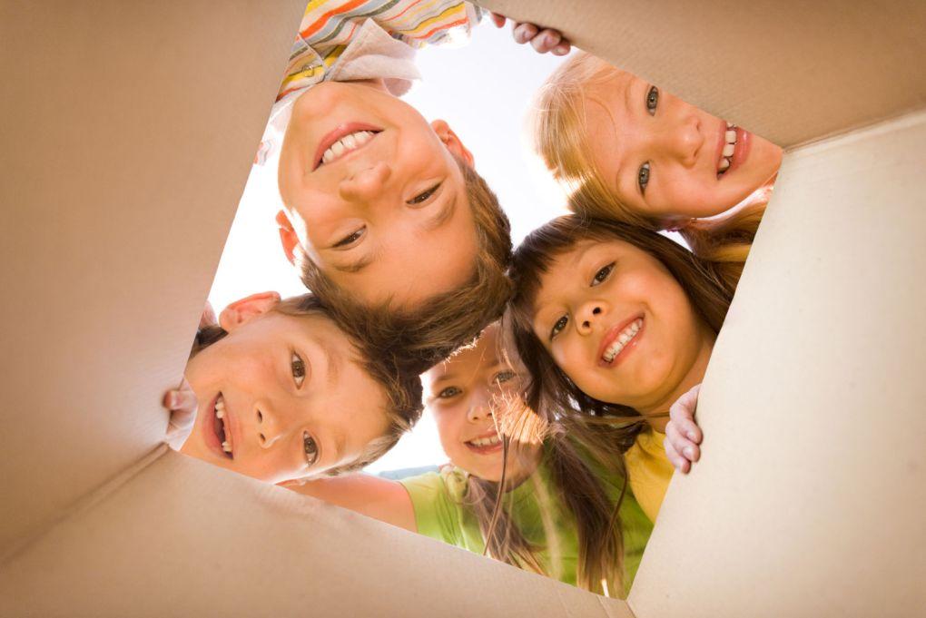 Kinder schauen gespannt in huibox