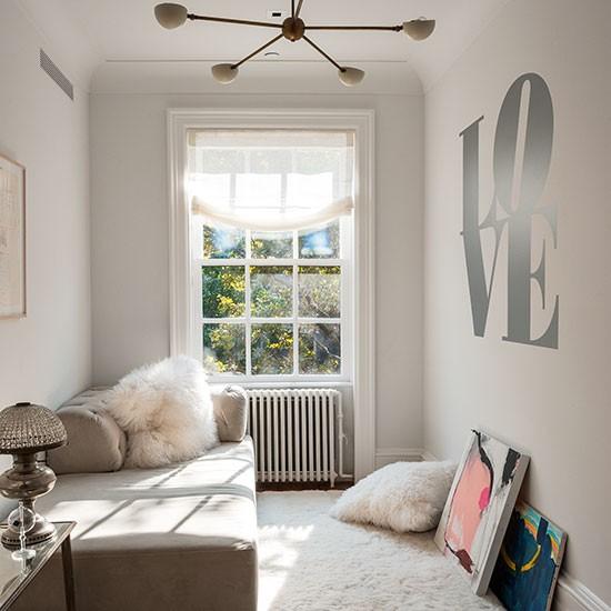 Een kleine slaapkamer een ruimere indruk geven