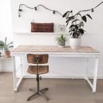 Industrieel bureau met oude schoolstoel
