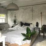 Industriele slaapkamer met bed op pallets