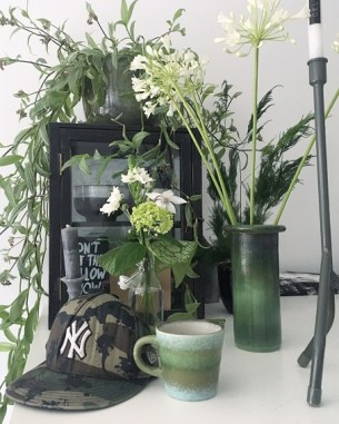bloemen op keukentafel