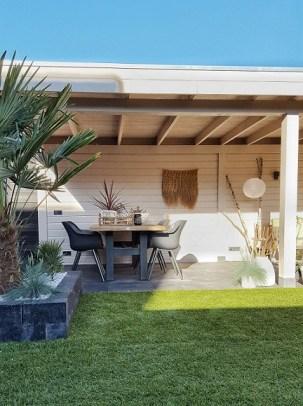 witte veranda in een tropische tuin