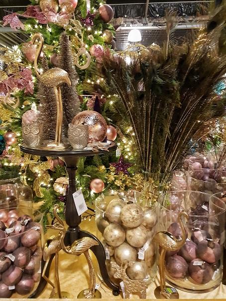 kerstinspiratie met de kersttrend floral deluxe tover jij je interieur om tot een weelderig winterpaleis laat bloemen de hoofdrol spelen en voeg parels