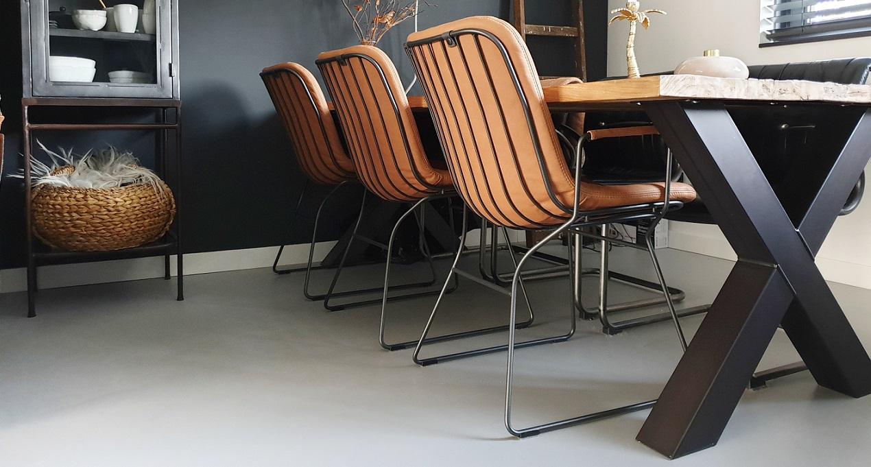 tafel naast stoel, gave kleur | Stoelen, Tafel, Kleuren