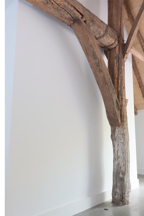 Robuuste houtenbalken bij huizedop