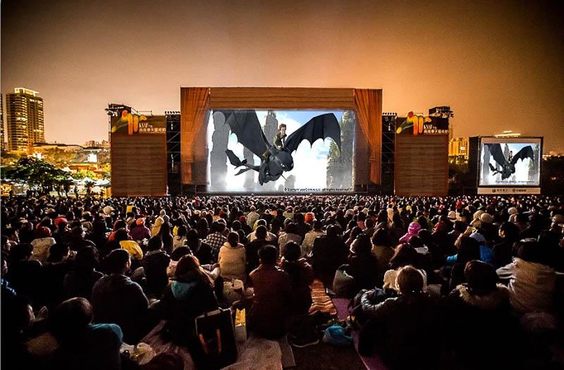 2021年春天藝術節「草地音樂會」回來了!高畫質巨型螢幕磅礡登場。星空下的難忘之夜,最Chill的草地音樂會!高美館。