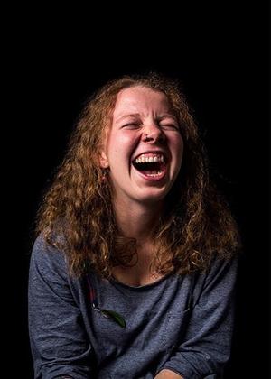Право на эмоции: как смеются женщины