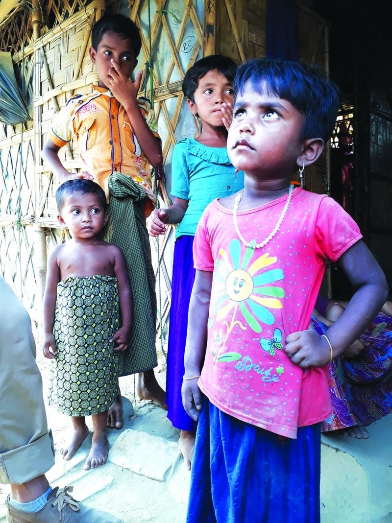 أطفال من أقلية الروهينغا في مخيم أقيم في بنغلادش قرب حدود ميانمار | البيان