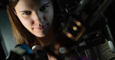 'Cartwheeling' light reveals new type of polarized light-matter interaction