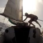 photo d'Alex retournant dans le cockpit du bateau