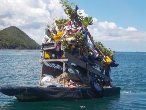 photo d'un bateau recouvert de branches et de fruits