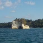photo d'un rocher avec des arbres sur le dessus