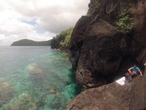 photo du spot d'escalade avec eau transparente en dessous de la voie