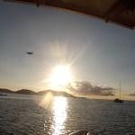 photo qui montre un avion proche du bateau