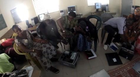 Techniciens entrain de démonter et nettoyer les ordinateurs !
