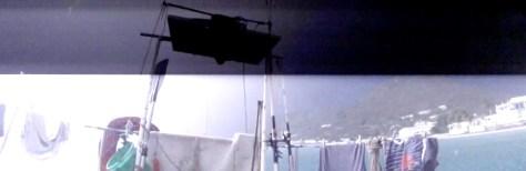 photo du bateau dans la nuit mais éclairé par l'orage