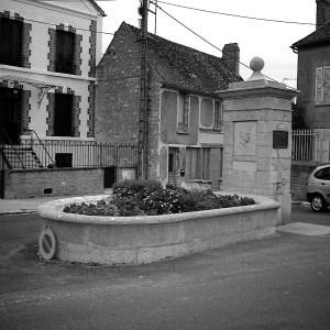 Et minnesmerke over Camus i byen Villeblevin i Bretagne, der han døde i en bilulykke.