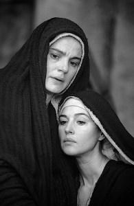 Jesu mor Maria og Maria Magdalena slik de framstår i Mel Gibsons film The Passion of the Christ. Foto: Scanbox.