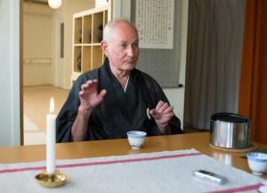 Gordon Geist leder søndagsritualet ved Rinzai Zen Senter. Foto: Marte Aubert